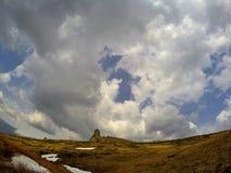 在山上的风雨如磐的云彩 图库摄影