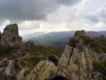 在山上的风雨如磐的云彩 免版税库存图片