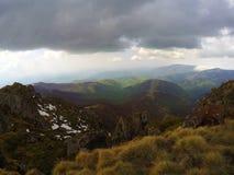在山上的风雨如磐的云彩 库存照片