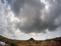 在山上的风雨如磐的云彩 免版税库存照片