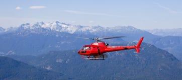 在山上的直升机飞行 免版税库存照片