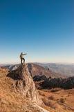 在山上面的一个愉快的旅客 免版税图库摄影