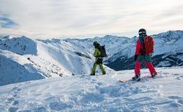 在山上面的两块挡雪板 免版税库存图片