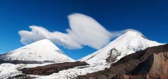 在山上面的云彩盖帽  免版税图库摄影