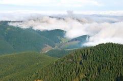在山上面的云彩 免版税图库摄影
