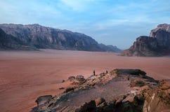在山上面的人在沙漠 日落视图 自然 旅游人民享受在自然的片刻 旱谷兰姆酒国家公园- 库存照片