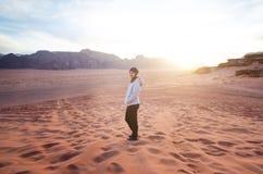 在山上面的人在沙漠 日落视图 自然 旅游人民享受在自然的片刻 旱谷兰姆酒国家公园- 免版税库存图片