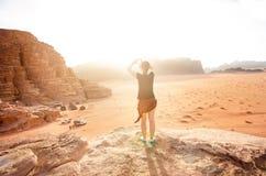 在山上面的人在沙漠 日落视图 自然 旅游人民享受在自然的片刻 旱谷兰姆酒国家公园- 库存图片