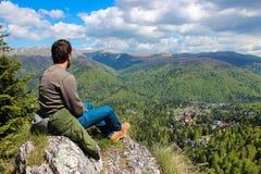 在山上面的人 免版税库存图片