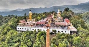 在山上面的佛教寺庙 免版税库存照片