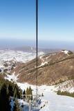 在山上面的升降椅 免版税库存图片