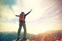 在山上面的妇女远足者开放胳膊 免版税库存照片