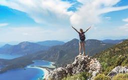 在山上面的徒步旅行者女孩,Ñ自由,胜利,活跃生活方式,Oludeniz,土耳其 oncept  免版税库存图片