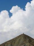 在山上面的旅客 免版税库存照片