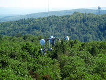 在山上面的无线电铁塔 库存图片