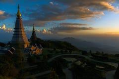 在山上面的泰国寺庙在chiangmai,泰国的 地标双塔在doi Inthanon国家公园 免版税库存照片