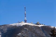 在山上面的电视塔 免版税库存照片
