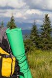 在山上面的背包 库存照片