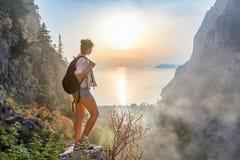 在山上面的远足者女孩 免版税库存照片