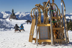在山上面的雪橇 免版税库存图片