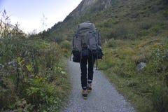 在山上面的年轻摄影师  图库摄影