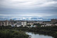在山下的城市 免版税图库摄影