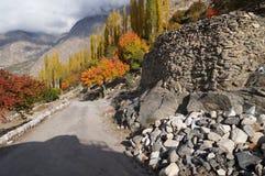 在山下的方式对Hunza谷, 库存照片