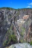 在山下的瀑布 免版税库存照片