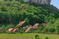 在山下的美丽如画的中世纪村庄大别墅沙隆 库存图片