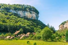 在山下的美丽如画的中世纪村庄大别墅沙隆 图库摄影