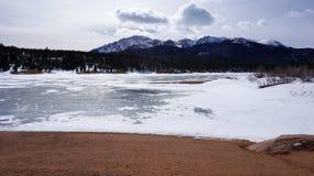在山下的Snow湖 免版税库存图片