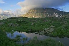 在山丢失的蓝色湖 库存照片