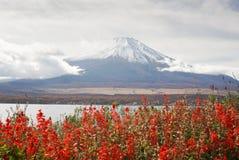 在山中湖的富士山日本的秋天季节的 免版税图库摄影