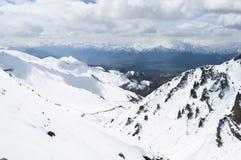 在山中的一条对nubra谷, Leh的路和雪 库存图片