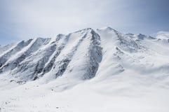在山中的一条对nubra谷, Leh的路和雪 图库摄影