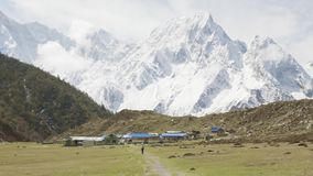 在山中的尼泊尔村庄Bimthand 马纳斯卢峰电路艰苦跋涉 股票录像