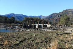 在山中的被毁坏的桥梁 免版税库存图片