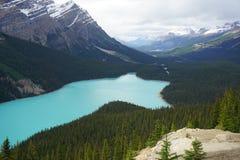 在山中被设置的绿松石湖 免版税图库摄影