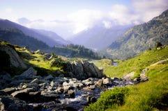 在山中间的一点洪流 免版税库存照片
