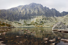在山中间的湖 免版税库存照片