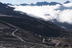 在山之下的云彩 免版税库存照片