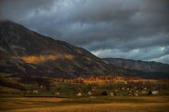 在山之下的村庄 免版税库存图片