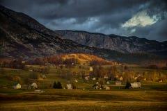 在山之下的村庄 库存照片