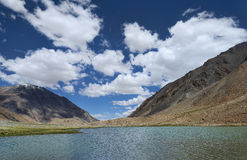 在山之中的湖 库存图片