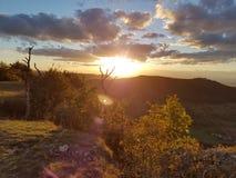 在山之后的日落 库存照片