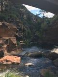 在山之间的小河 库存图片