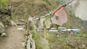 在山之间的尼泊尔村庄 马纳斯卢峰电路艰苦跋涉 股票录像