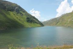 在山之间的湖 库存图片