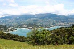 在山之间的湖Serre-Poncon,上阿尔卑斯省,法国 免版税库存照片