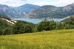 在山之间的湖Serre-Poncon,法国 库存图片